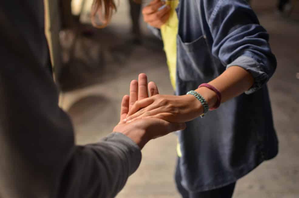 réseautage freelance - tendre la main